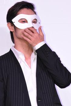 マスクを着用した窪田正孝。