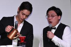 コーヒーを淹れる窪田正孝とコーヒールンバの平岡佐智男。
