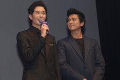 岡田将生(左)の挨拶中、じっと視線を送る新田真剣佑(右)。