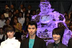 「ジョジョの奇妙な冒険 ダイヤモンドは砕けない 第一章」ジャパンプレミアにて、左から小松菜奈、山崎賢人、神木隆之介。
