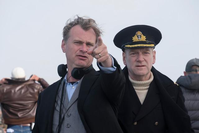 「ダンケルク」撮影中のクリストファー・ノーラン(左)とケネス・ブラナー(右)。