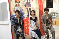 左から神谷浩史、坂本真綾、梶裕貴。