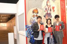 展覧会「西尾維新大辞展」にて、左から神谷浩史、坂本真綾、梶裕貴。