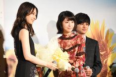 北川景子(左)から花束を渡される浜辺美波(右手前)。