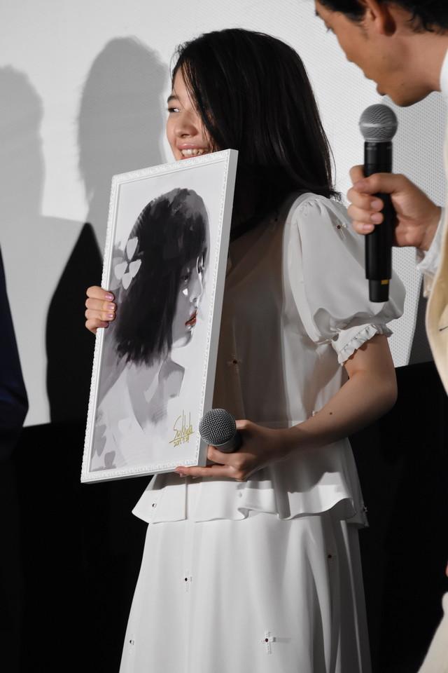 石田スイによるイラストを受け取った桜田ひより。