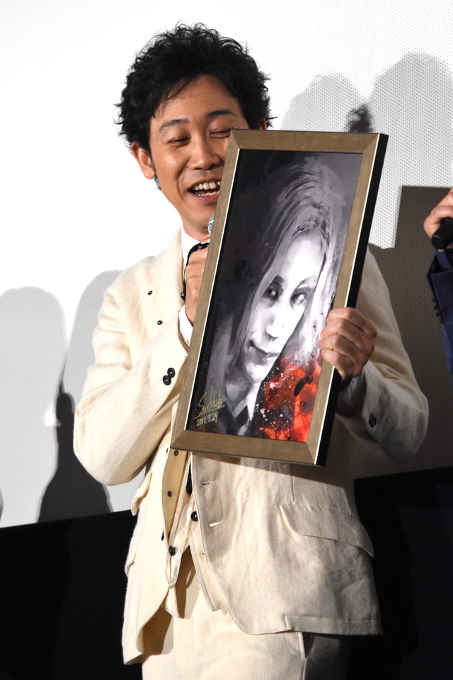 石田スイによるイラストを受け取った大泉洋。