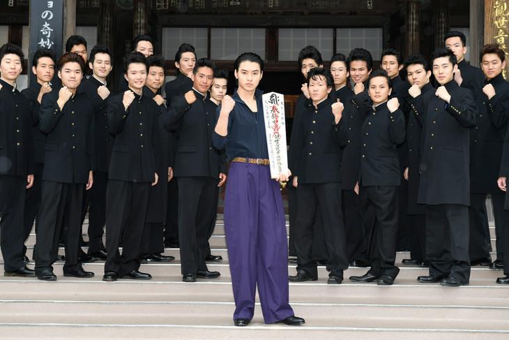 映画「ジョジョの奇妙な冒険 ダイヤモンドは砕けない 第一章」大ヒット祈願イベントにて、リーゼント男子を従える山崎賢人(中央)。