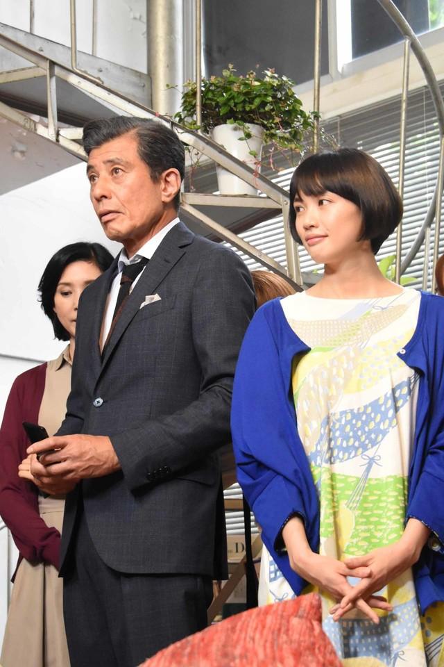 左から舘ひろし、臼田あさ美。