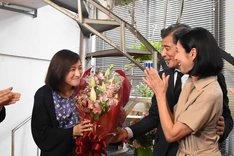 舘ひろしと黒木瞳から花束を受け取った広末涼子(左)。