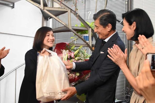 舘ひろしと黒木瞳から誕生日プレゼントを受け取った広末涼子(左)。