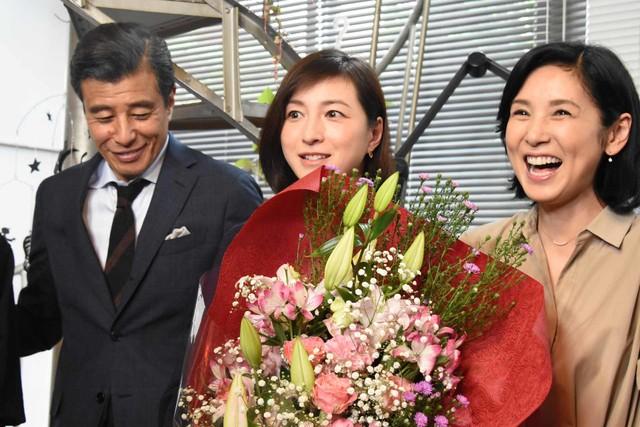 舘ひろしと黒木瞳から花束を受け取った広末涼子(中央)。