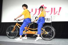 自転車に乗って登場した間宮祥太朗(左)と土屋太鳳(右)。