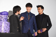 左から神木隆之介、岡田将生、新田真剣佑。