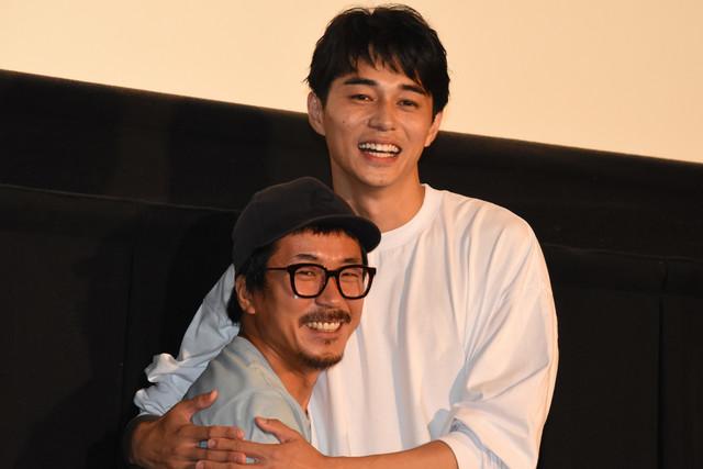 ヤン・イクチュン(左)・東出昌大(右)