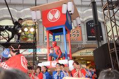 「スパイダーマン:ホームカミング」ジャパンプレミアイベントにて、神輿に乗って現れたスパイダーマン。