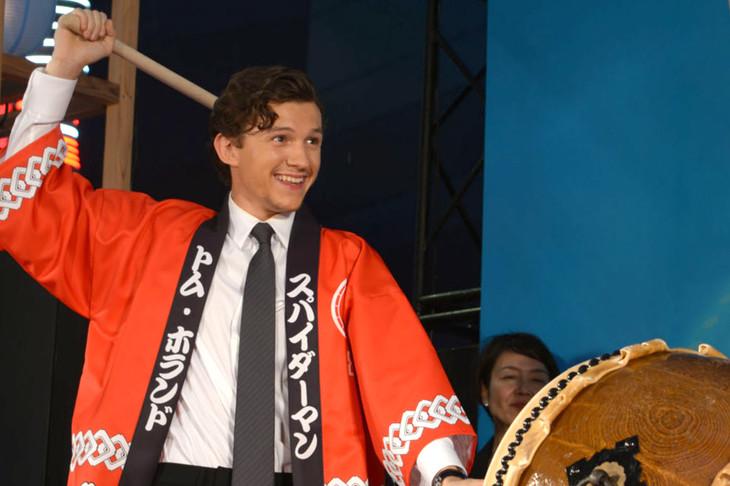 和太鼓の演奏に挑むトム・ホランド(左)。