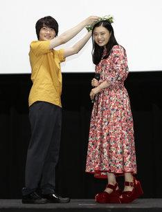 杉咲花(右)に花の冠をプレゼントする神木隆之介(左)。