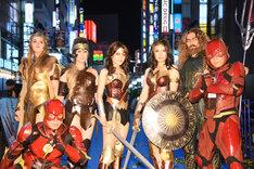DCコミックのキャラクターのコスプレをするファンの方々。