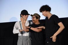 ムービーに対してふざけるヤン・イクチュンを制止する野田洋次郎と松永大司。