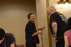 会場のマイクでいたずらするフィン・ジョーンズ(左)と、それに付き合うクリスティアン・ネアーン(右)。