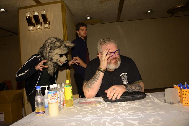 オオカミの被りものを付けていたずらするダニエル・ポートマン (左)に気付き、わざとあきれた表情をするクリスティアン・ネアーン(右)。
