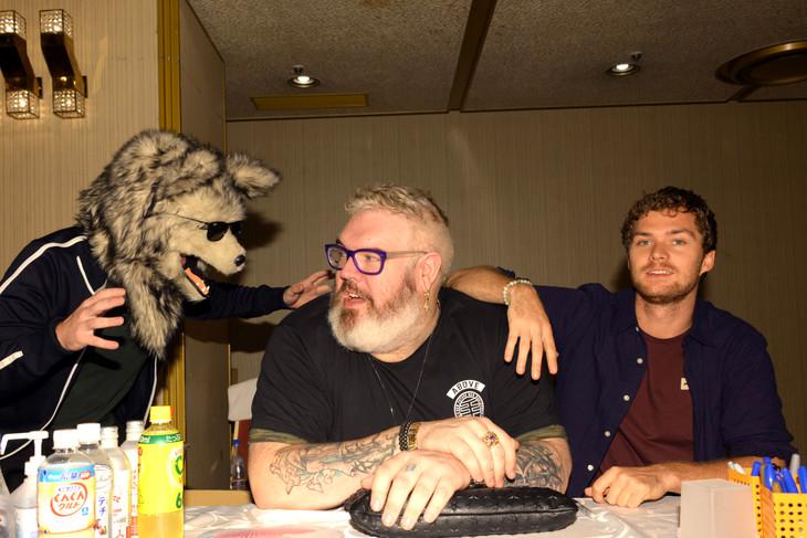 「ハリウッド・コレクターズ・コンベンション No.12」にて、オオカミの被りものを付けたダニエル・ポートマン (左)、クリスティアン・ネアーン(中央)、フィン・ジョーンズ(右)。