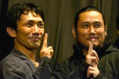 忍者のポーズを決める下村勇二(左)と坂口拓(右)。