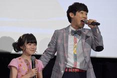 「さよならだよ、ミスター」を歌う横山だいすけ(右)と本田紗来(左)。