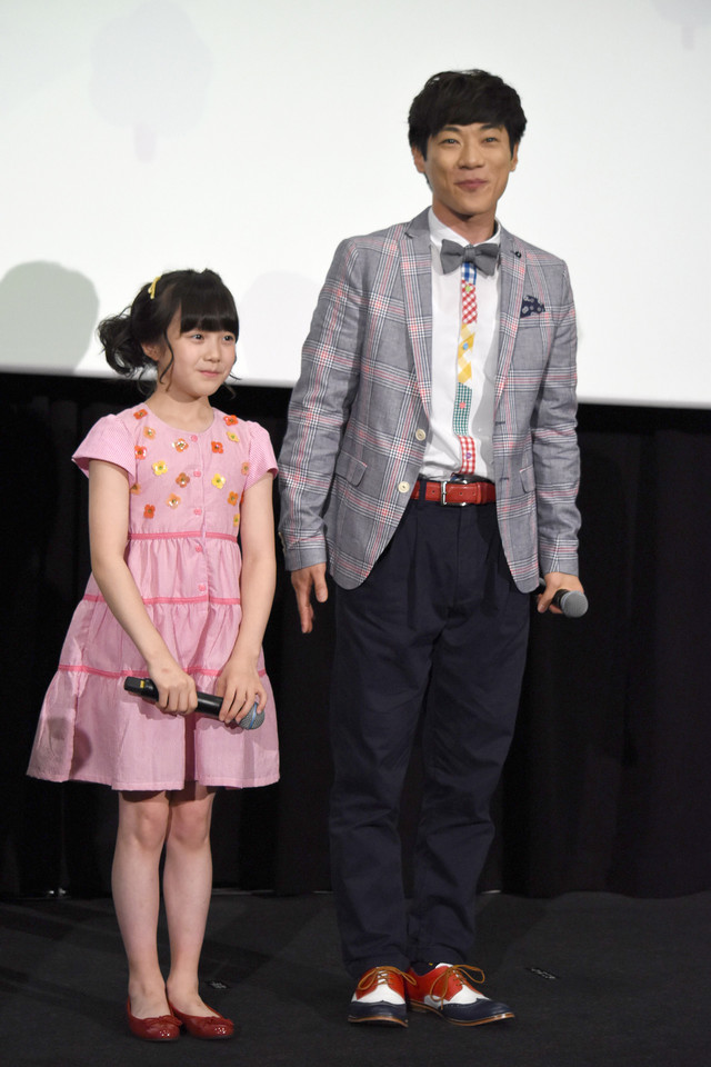 横山だいすけ(右)と本田紗来(左)。