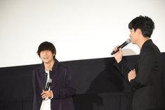 ライブに出ていたことを鈴木伸之(右)から指摘され、思わず笑う窪田正孝(左)。