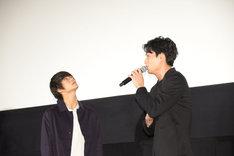 約束を迫る鈴木伸之(右)と、目をそらす窪田正孝(左)。
