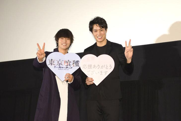 「東京喰種 トーキョーグール」舞台挨拶の様子。左から窪田正孝、鈴木伸之。