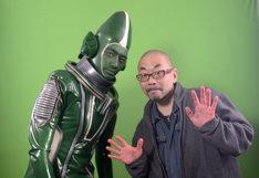 """左から斎藤工演じる""""謎の宇宙人""""、西村喜廣。"""