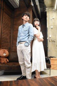 文庫版の原作1巻表紙と同じポーズを取る吉沢亮(左)と桜井日奈子(右)。