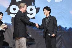 握手をするクリストファー・ノーラン(左)と岩田剛典(右)。
