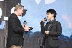 クリストファー・ノーラン(左)に、「ダンケルク」の感想を伝える岩田剛典(右)。
