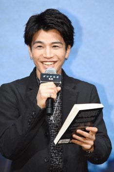 プレゼントに大喜びする岩田剛典。