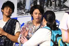 ハイタッチで観客を見送る山田裕貴。