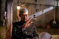 「密偵」より、鶴見辰吾演じるヒガシ。