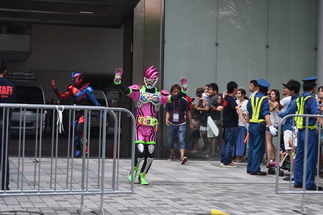 ハイタッチパレードに登場した仮面ライダーエグゼイド(手前)と仮面ライダービルド(奥)。