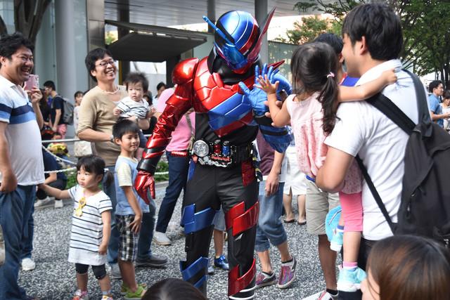ハイタッチパレードに参加する仮面ライダービルド。