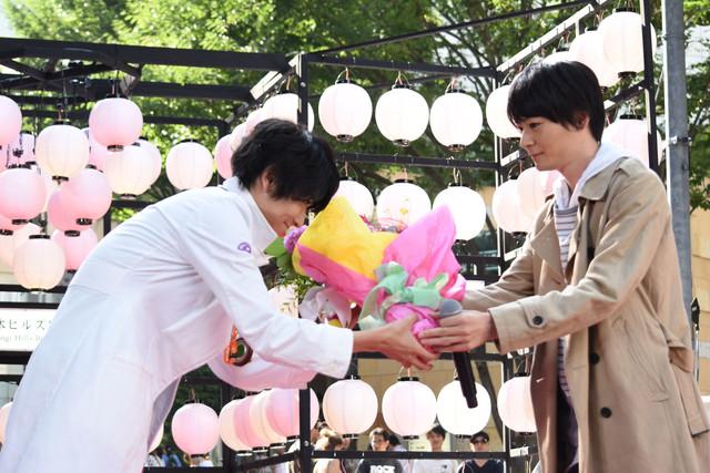 飯島寛騎(左)へ花束を贈呈する犬飼貴丈(右)。