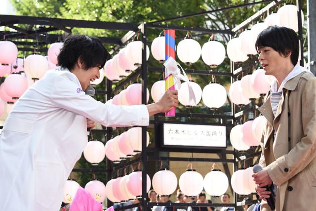 犬飼貴丈(右)へバトンを渡す飯島寛騎(左)。
