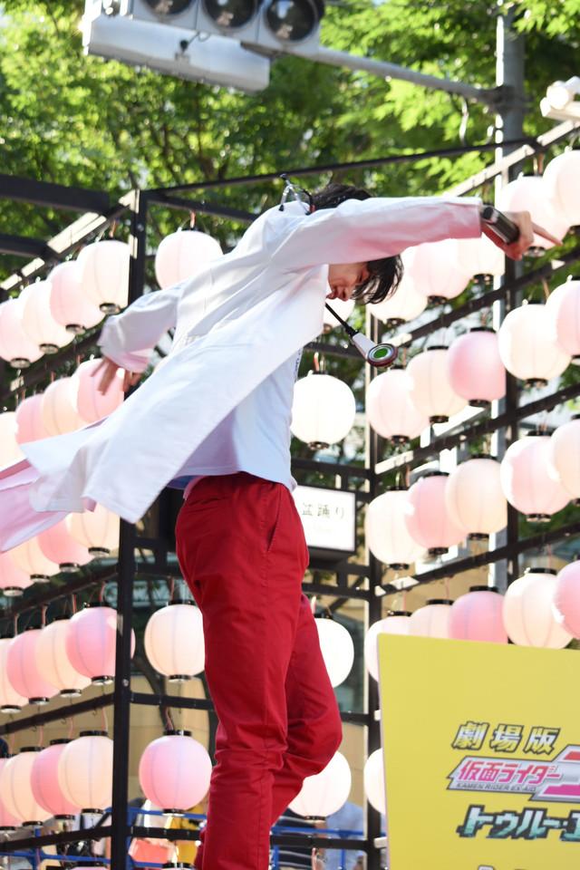 仮面ライダーエグゼイド ムテキゲーマーの変身を披露する飯島寛騎。