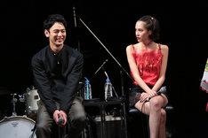 左から妻夫木聡、水原希子。