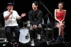 左から大根仁、妻夫木聡、水原希子。