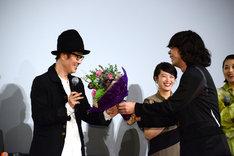 峯田和伸(右)から花束を受け取るリリー・フランキー(左)。