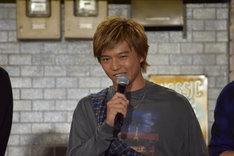 関口メンディー演じるフォーのモノマネをする佐藤大樹。