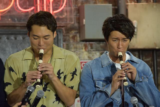 """""""たてぶえきょうだい""""としてリコーダーを演奏する八木将康(左)と天野浩成(右)。"""