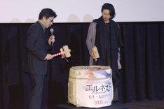 鏡割りを行う阪本順治(左)とオダギリジョー(右)。